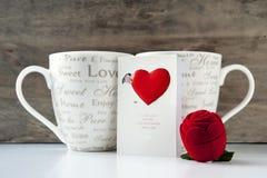 Cadeau de Valentine avec la carte de voeux et deux tasses Photographie stock