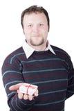 Cadeau de valentine de fixation de jeune homme dans sa main Photographie stock