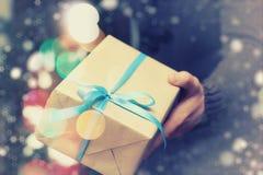 Cadeau donnant à main la nouvelle année Photos libres de droits