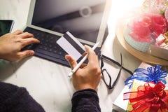 Cadeau donnant la main créative avec la carte de crédit et la main avec le cadeau G Images stock