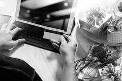 Cadeau donnant la main créative avec la carte de crédit et la main avec le cadeau G Photographie stock libre de droits