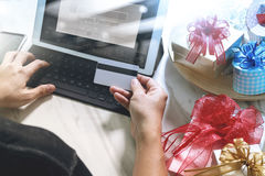 Cadeau donnant la main créative avec la carte de crédit et la main avec le cadeau G Photo stock