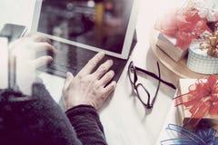 Cadeau donnant la main créative avec la dactylographie et la main avec le cadeau Cadeau d Images stock
