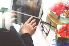 Cadeau donnant la main créative avec la dactylographie et la main avec le cadeau Cadeau d Photos stock