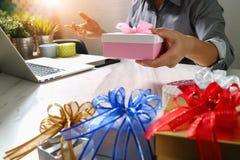 Cadeau donnant la main créative choisissant et la main avec le cadeau Épicerie de cadeau Images stock
