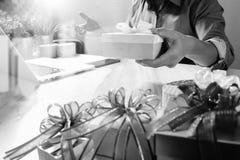 Cadeau donnant la main créative choisissant et la main avec le cadeau Épicerie de cadeau Image stock