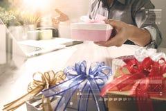 Cadeau donnant la main créative choisissant et la main avec le cadeau Épicerie de cadeau Photos libres de droits