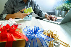 Cadeau donnant la main créative choisissant et la main avec le cadeau Épicerie de cadeau Photos stock