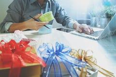 Cadeau donnant la main créative choisissant et la main avec le cadeau Épicerie de cadeau Photo stock