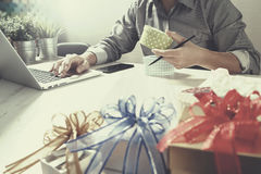 Cadeau donnant la main créative choisissant et la main avec le cadeau Épicerie de cadeau Photo libre de droits