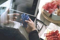 Cadeau donnant la main créative choisissant et la main avec le cadeau Épicerie de cadeau Image libre de droits
