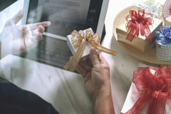 Cadeau donnant la main créative choisissant et la main avec le cadeau Épicerie de cadeau Images libres de droits