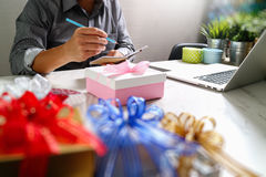 Cadeau donnant la main créative choisissant et la main avec le cadeau Épicerie de cadeau Photographie stock libre de droits