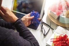 Cadeau donnant la main créative chosing et la main avec le cadeau Deliv de cadeau Image stock