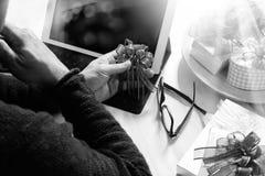 Cadeau donnant la main créative chosing et la main avec le cadeau Deliv de cadeau Photo stock