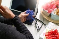 Cadeau donnant la main créative chosing et la main avec le cadeau Deliv de cadeau Photo libre de droits