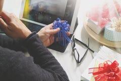 Cadeau donnant la main créative chosing et la main avec le cadeau Deliv de cadeau Photographie stock libre de droits