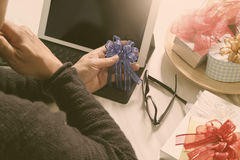 Cadeau donnant la main créative chosing et la main avec le cadeau Deliv de cadeau Images stock