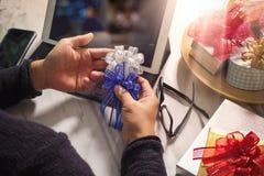 Cadeau donnant la main créative dactylographiant et la main avec le cadeau Cadeau delive Photographie stock libre de droits
