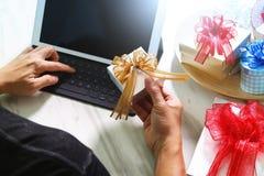 Cadeau donnant la main créative dactylographiant et la main avec le cadeau Cadeau delive Photographie stock