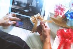 Cadeau donnant la main créative dactylographiant et la main avec le cadeau Cadeau delive Photos libres de droits