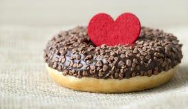 Cadeau doux pour le jour de valentines, beignet avec le coeur et amour photos stock