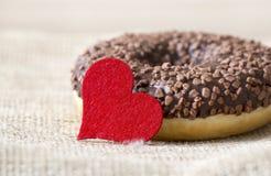 Cadeau doux pour le jour de valentines, beignet avec le coeur et amour images stock