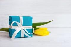 Cadeau emballé et tulipe jaune Concept des vacances, anniversaire, ea photo libre de droits