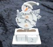 Cadeau en bois de bonhomme de neige d'avènement de Noël avec des nombres de bloc Photographie stock libre de droits