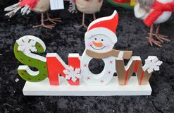 Cadeau en bois de bonhomme de neige de neige de Noël décoré des flocons de neige Photo stock