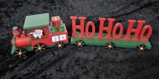 Cadeau en bois de train de HoHo le père noël de Noël décoré de l'étoile Images libres de droits