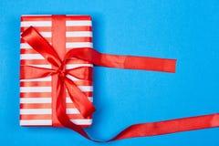 Cadeau en emballage rouge et blanc avec le ruban Images libres de droits