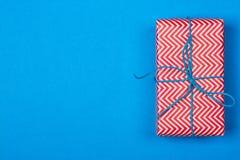 Cadeau en emballage rouge et blanc avec le ruban Photographie stock libre de droits