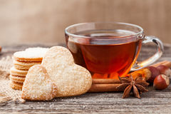 Cadeau en forme de coeur de biscuits pour des vacances de jour de valentines Photos stock