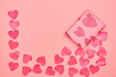 Cadeau en papier d'emballage avec les coeurs rouges sur le fond rose avec des coeurs Le concept du jour du ` s de Valentine Vue d photographie stock