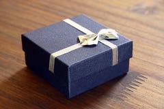 Cadeau enfermé dans une boîte bleu Image stock