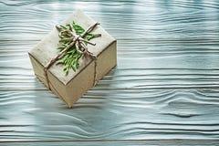 Cadeau enfermé dans une boîte fait main avec la vue supérieure de branche de thuya Photographie stock libre de droits