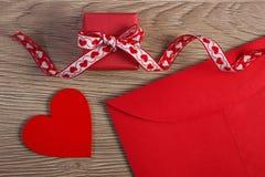 Cadeau enveloppé, coeur rouge et lettre d'amour pour le jour de valentines, l'espace de copie pour le texte Photo stock