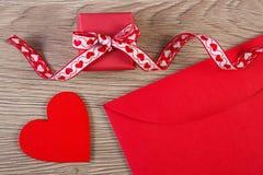 Cadeau enveloppé, coeur rouge et lettre d'amour pour le jour de valentines, l'espace de copie pour le texte Images libres de droits