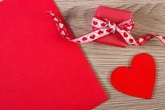 Cadeau enveloppé, coeur rouge et lettre d'amour pour le jour de valentines, l'espace de copie pour le texte Image stock