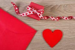 Cadeau enveloppé, coeur rouge et lettre d'amour pour le jour de valentines, l'espace de copie pour le texte Photo libre de droits