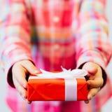 Cadeau enveloppé de fête d'enfants pour des parents Photo libre de droits