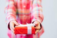 Cadeau enveloppé de fête d'enfants pour des parents Image stock