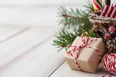 Cadeau enveloppé de Noël près d'arbre de sapin Photo libre de droits