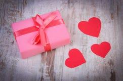 Cadeau enveloppé pour l'anniversaire, la valentine ou d'autres coeurs de célébration et rouges Photos libres de droits