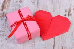 Cadeau enveloppé pour l'anniversaire, la valentine ou tout autre coeur de célébration et rouge Images stock