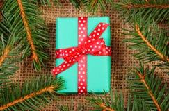 Cadeau enveloppé pour Noël ou d'autres branches de célébration et impeccables Images libres de droits
