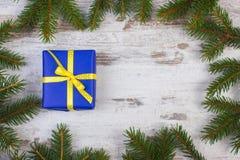 Cadeau enveloppé pour Noël ou toute autre célébration, l'espace de copie pour le texte Photos stock