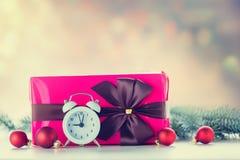 Cadeau et babioles de Noël avec l'horloge Image stock