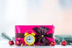 Cadeau et babioles de Noël avec l'horloge Image libre de droits